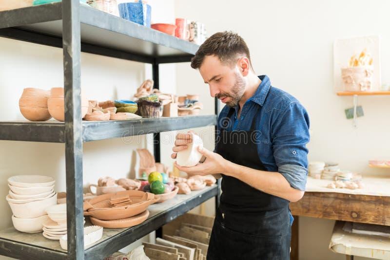 陶瓷工审查的黏土碗,当工作在演播室时 库存图片