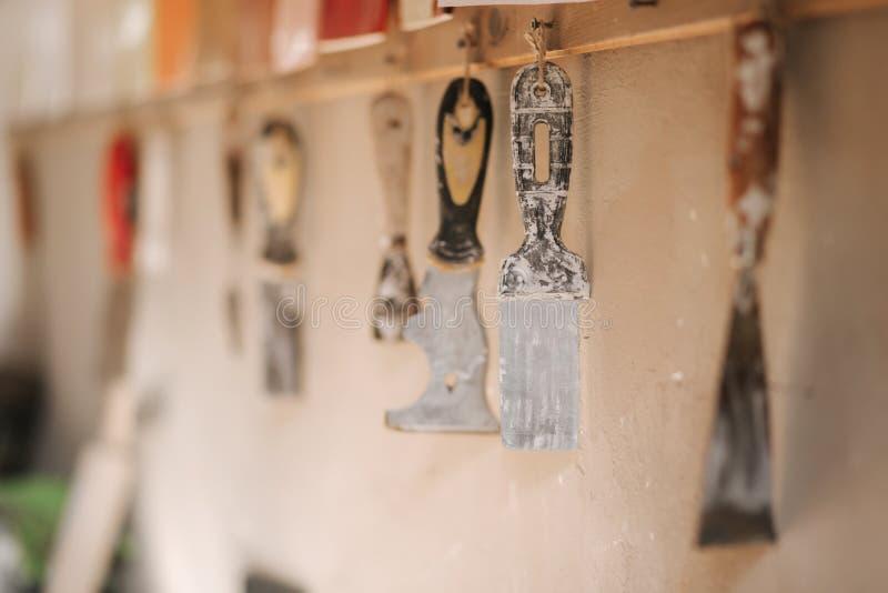 陶瓷工的工具在他的车间 小铲和刷子 免版税库存照片