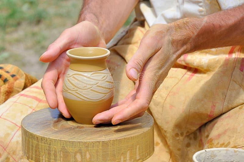 陶瓷工的手 免版税库存图片