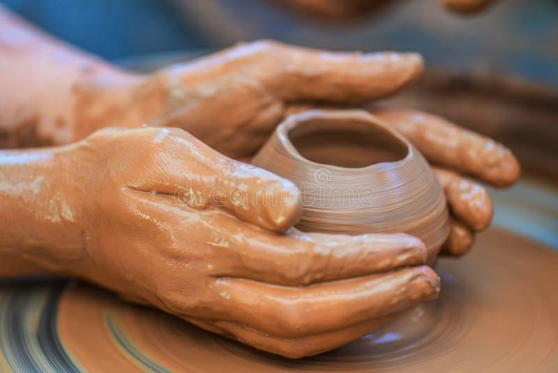 年轻陶瓷工的手 库存照片