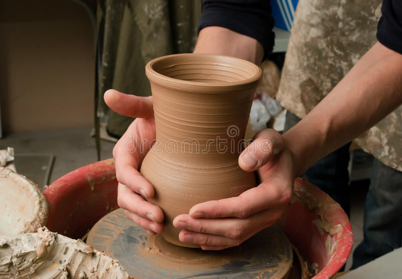 陶瓷工的现有量,创建一个土制瓶子 库存照片