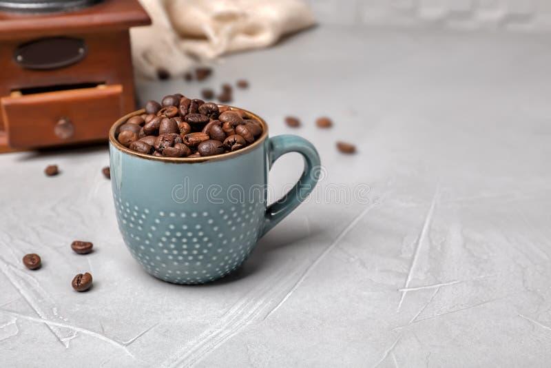 陶瓷杯子用咖啡豆 免版税库存照片
