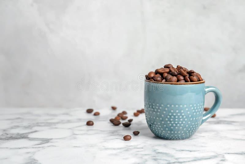 陶瓷杯子用咖啡豆 库存图片