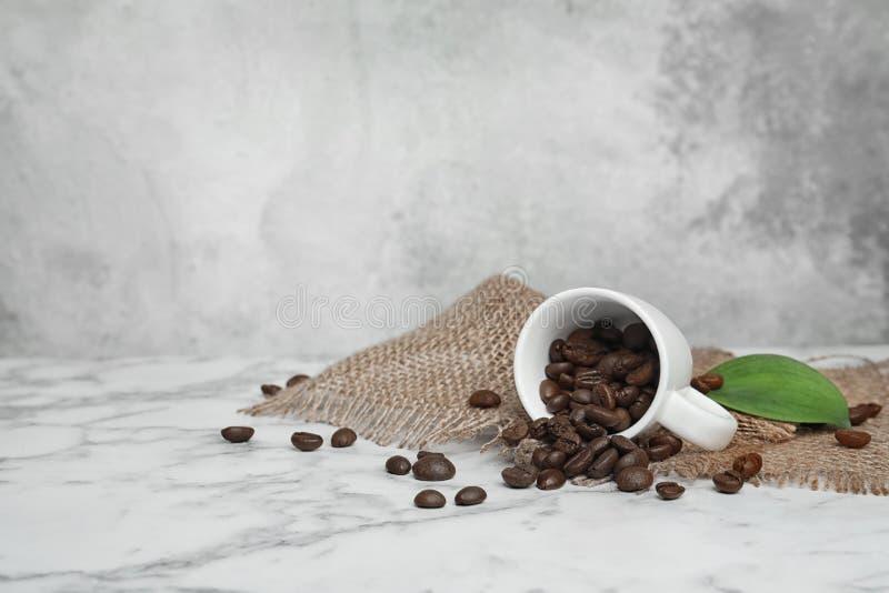 陶瓷杯子用咖啡豆 库存照片