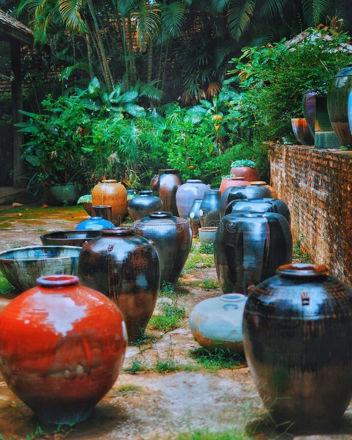 陶瓷瓦器在公园 图库摄影