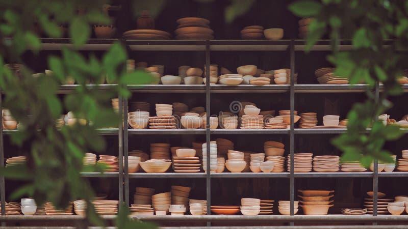 陶瓷瓦器在公园 免版税库存图片
