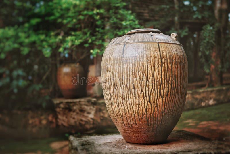 陶瓷瓦器在公园 库存照片