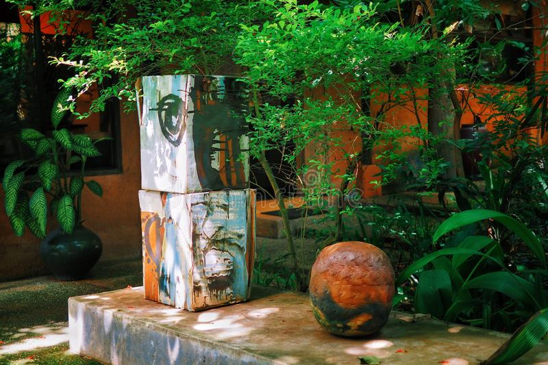 陶瓷瓦器在公园 免版税库存照片