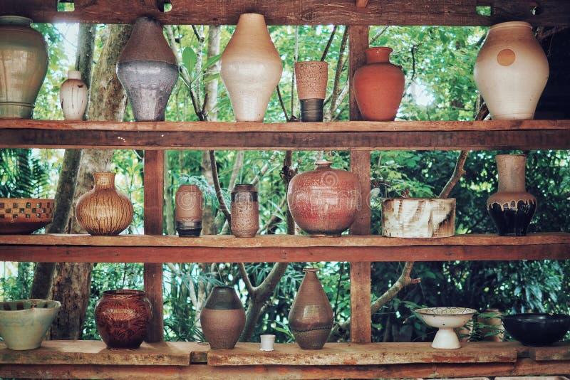 陶瓷瓦器在公园 免版税图库摄影