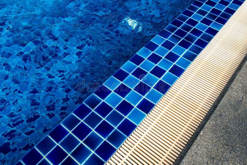 陶瓷砖在水池旁边的地板和排水设备天沟 免版税库存图片