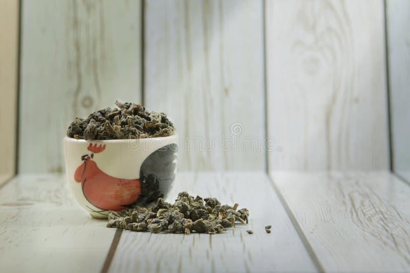 陶瓷碗用中国干绿色oolong茶叶 库存图片