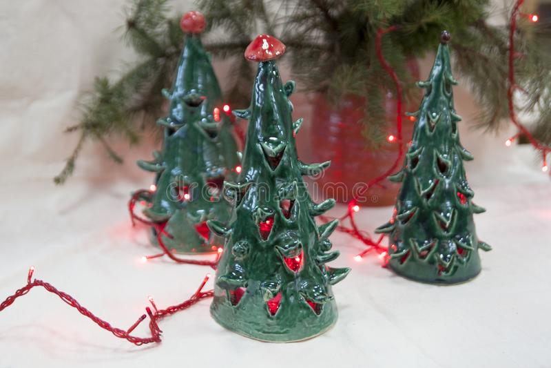 陶瓷绿色圣诞树蜡烛台 礼品新年度 库存图片