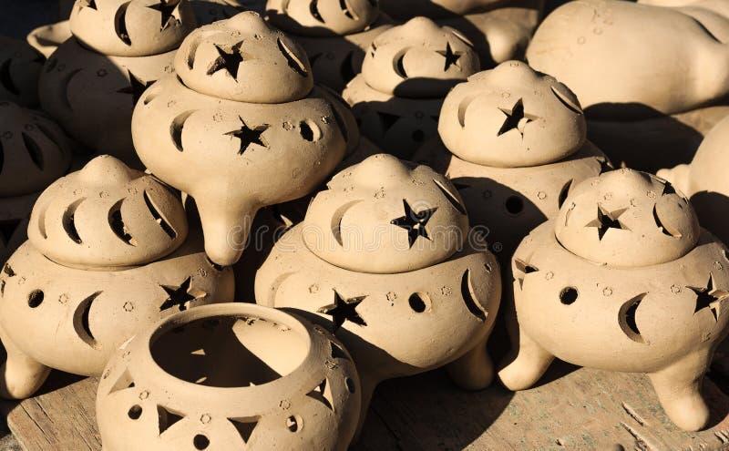 陶瓷罐,瓶子黏土开花, Thanh Ha工艺品村庄,会安市,越南 免版税库存图片