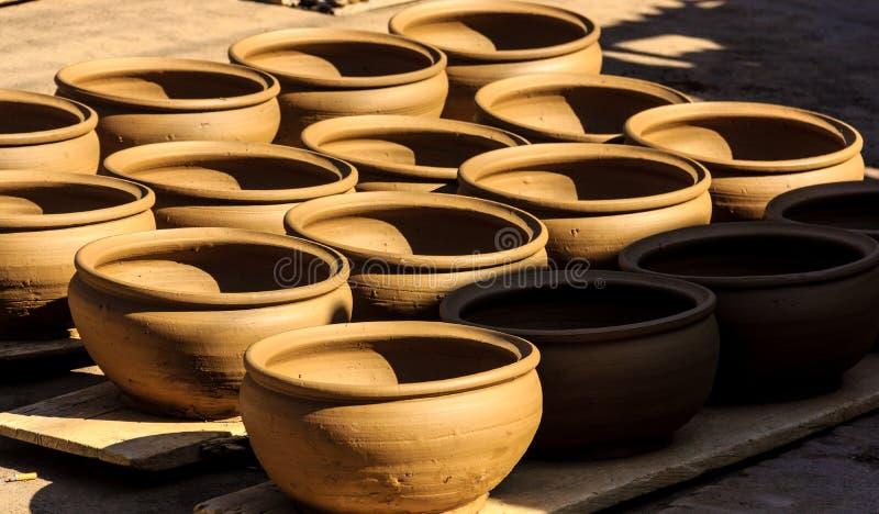 陶瓷罐,着陆,火和地球通过罐 免版税库存图片