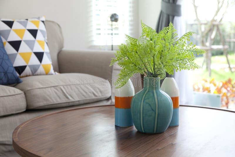 陶瓷花瓶在客厅 免版税库存图片