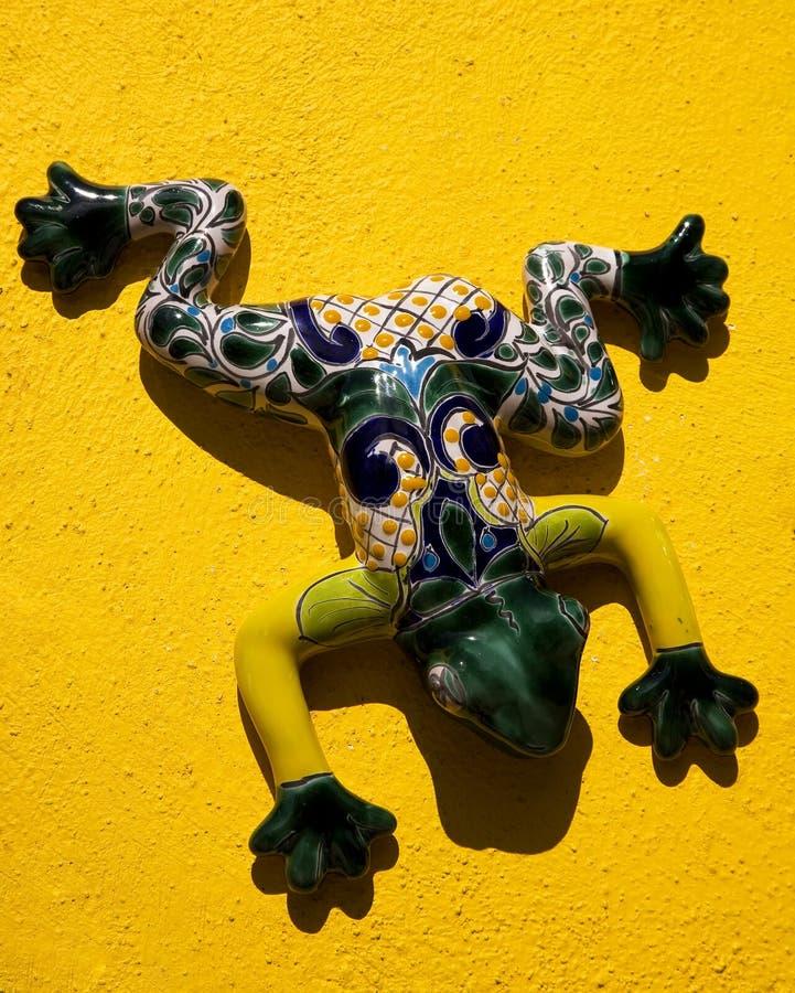 陶瓷青蛙墨西哥墨西哥墙壁黄色 免版税库存图片