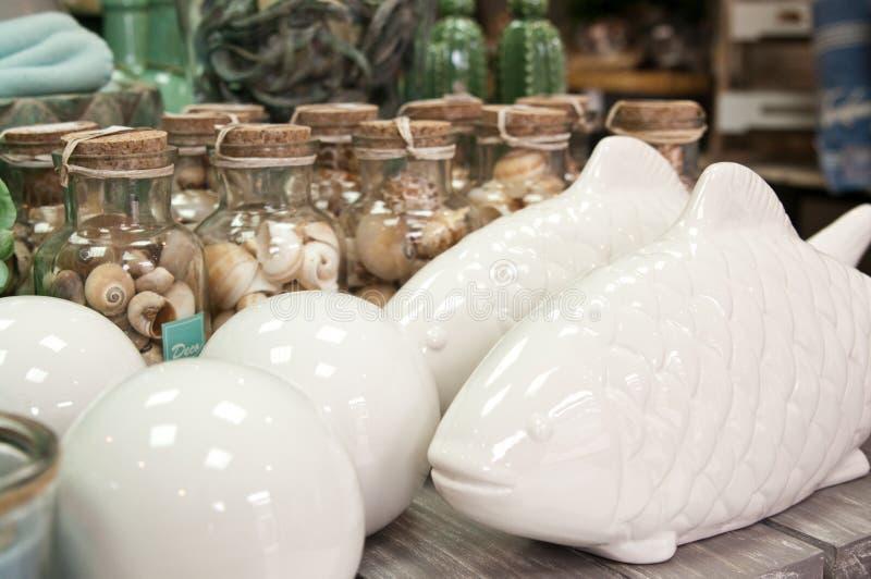陶瓷鱼和壳,家庭装饰 图库摄影