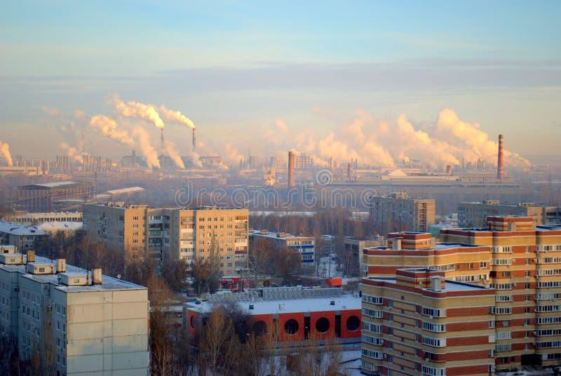 陶里亚蒂和化工厂抽烟的烟囱城市的住宅区冬天全景  免版税库存照片