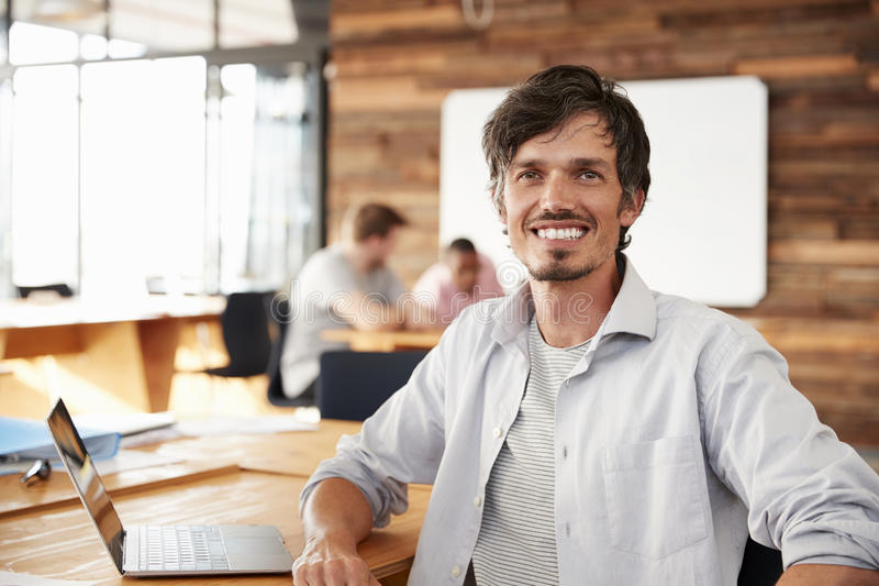 随便加工好的中间成人白人在办公室,画象 免版税库存照片