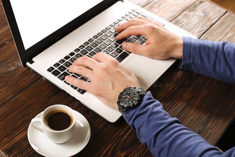 随便研究个人计算机膝上型计算机的加工好的学生/博客作者/作家/人,键入在键盘,写博克文章,喝在coff 库存照片