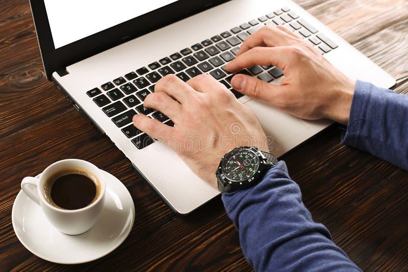 随便研究个人计算机膝上型计算机的加工好的学生/博客作者/作家/人,键入在键盘,写博克文章,喝在coff 免版税库存图片