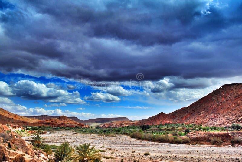 隐约地出现在风景的云彩 免版税库存照片