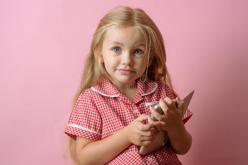 隐藏使网上购物更加安全 在智能手机的小女孩购物 在网上一点shopaholic购物 小女孩 库存图片
