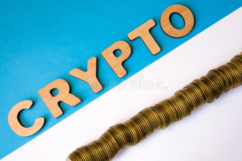 隐藏和cryptocurrency硬币照片概念顶视图 词隐藏组成由容量3D信件是在堆硬币lyi对面 库存图片