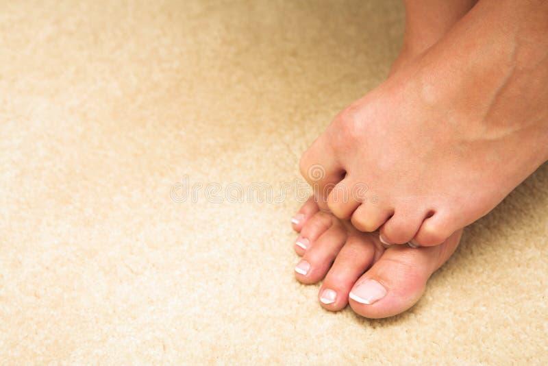 隐藏的脚趾妇女 免版税图库摄影
