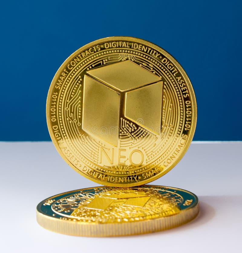 隐藏货币铸造新在蓝色背景3 库存照片