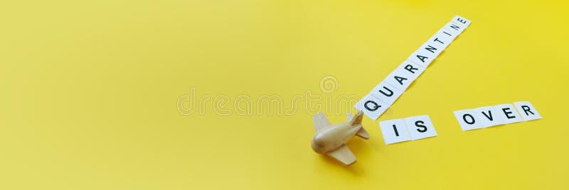 隔离结束 铭文隔离在黄色背景上 免版税库存图片