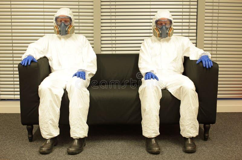 隔离 穿防护服的专业人员被迫休假,等待结束 库存图片