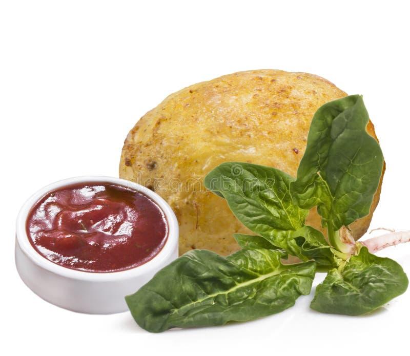 隔绝在白色背景土豆用红色调味汁和菠菜 库存照片