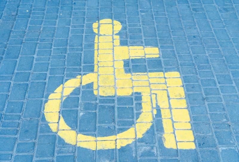 障碍人们的停车空间拉长的标志 免版税库存照片