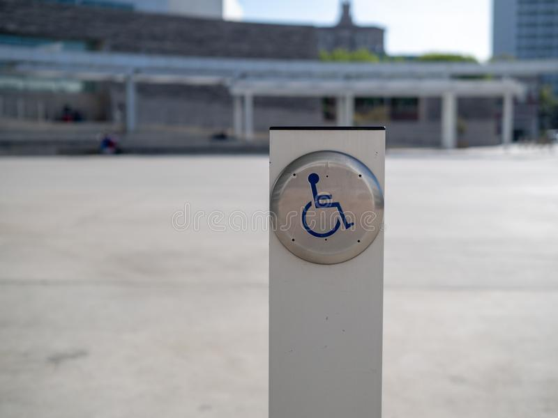 障碍可及性在岗位的门按钮 库存图片