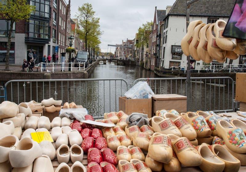 障碍物待售在阿尔克马尔乳酪市场上, 免版税库存照片
