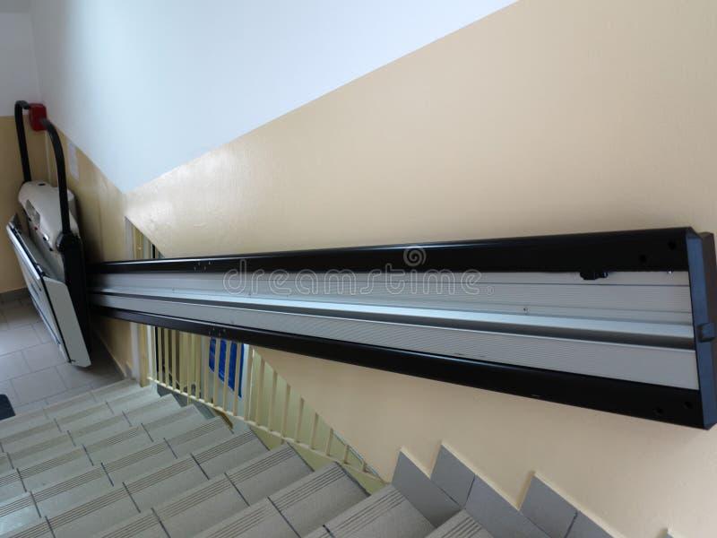 障碍电梯,无效轮椅的推力 库存图片