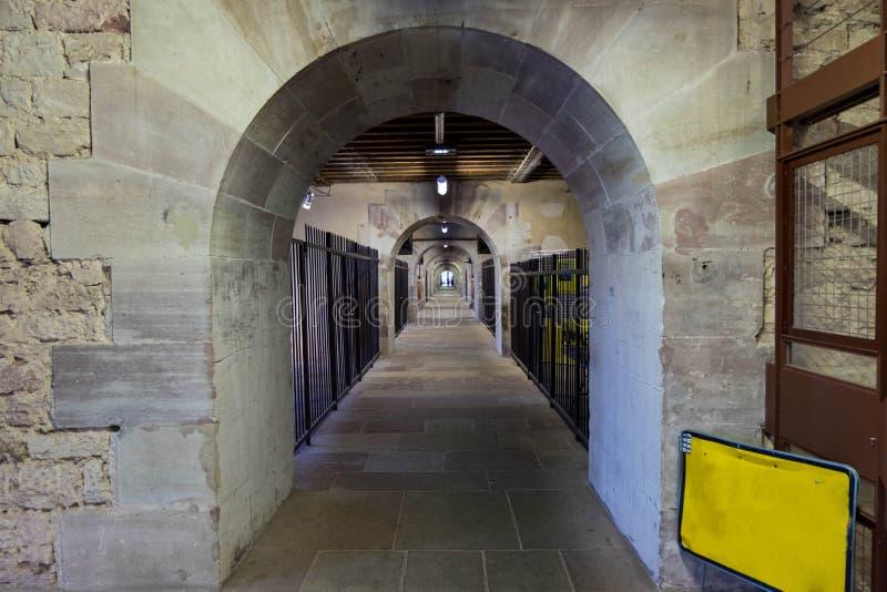 隧道和狭窄的道路在堰坝Vauban在史特拉斯堡,法国 免版税库存照片