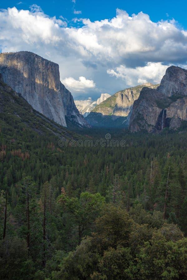 隧道视图在优胜美地国家公园在日落金黄小时在加利福尼亚 免版税库存图片