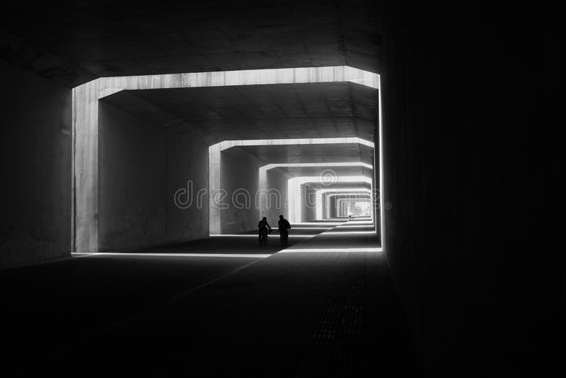 隧道视图骑自行车的人 免版税图库摄影