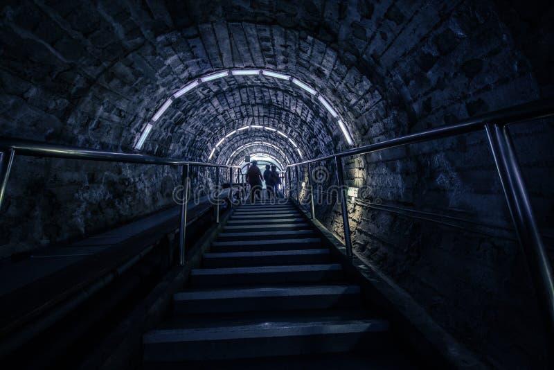 隧道-下降到矿里 免版税库存照片