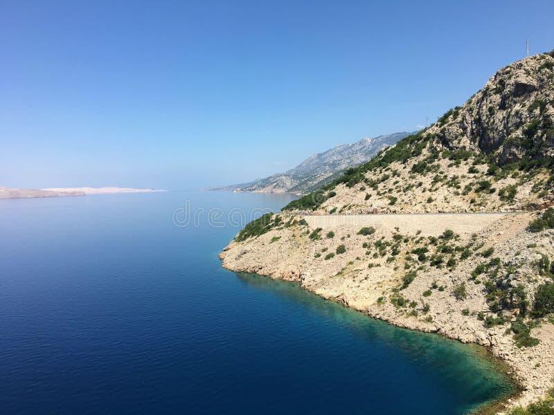 难以置信地美丽的亚得里亚海的高速公路的看法 驱动的这个部分是沿海在亚得里亚旁边的克罗地亚 免版税图库摄影