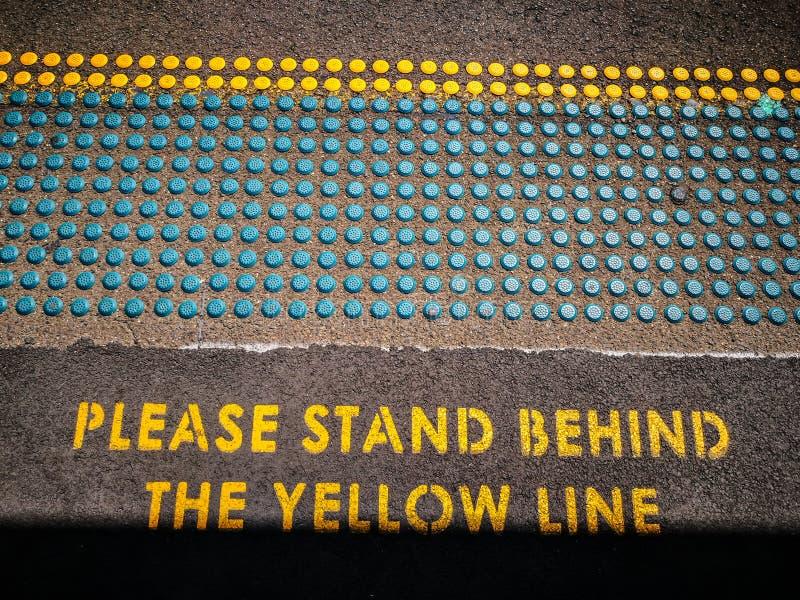 难倒小点帮助请找出他们的方式和警报信号`的瞎的人民在黄线`后站立 库存照片