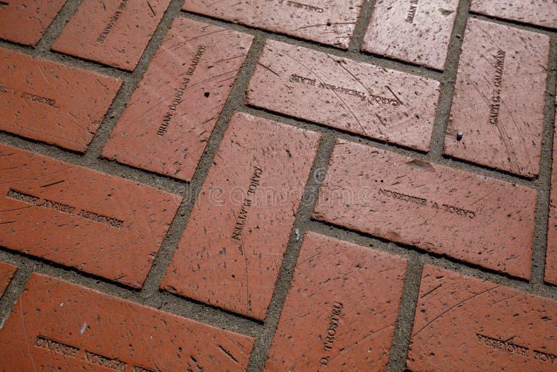 难倒红砖与板刻名字在先驱法院大楼正方形在波特兰 免版税库存照片