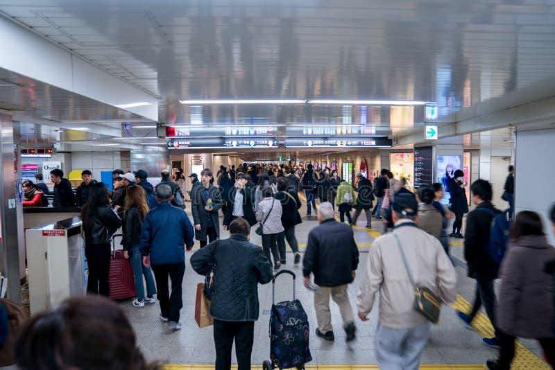 难波区,大阪,日本- 2018年3月3日:日本乘客在undergroud/地铁走动在Numba驻地 难波火车 免版税库存照片