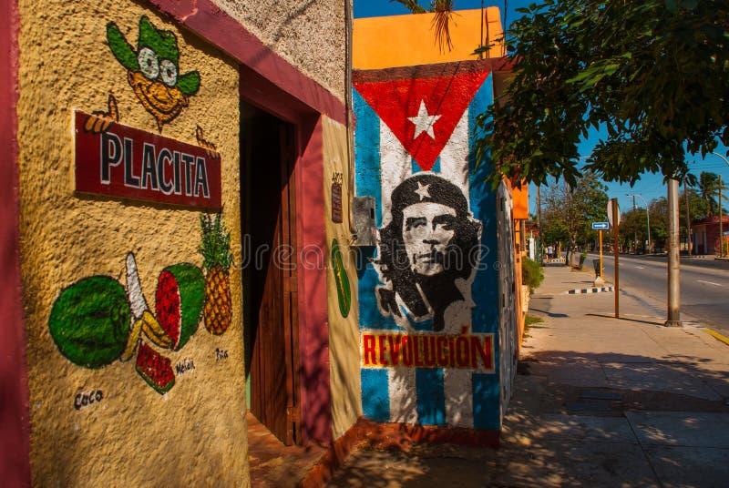 难看的东西切・格瓦拉和古巴旗子街道画画象在墙壁上的 巴拉德罗角 古巴 库存照片