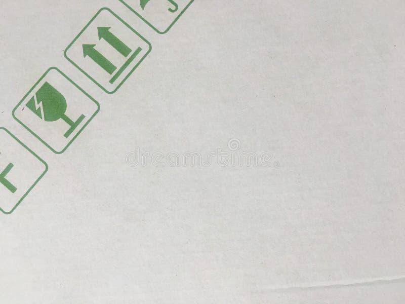 难看的东西绿色易碎的标志美好的图象特写镜头在纸板的 在纸板背景的包装的标志 皇族释放例证