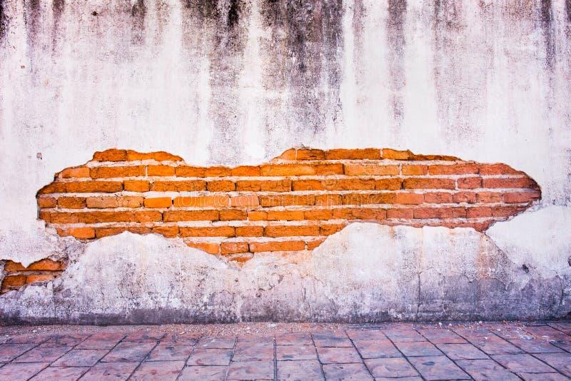 难看的东西背景,红砖墙壁纹理明亮的膏药的墙壁 免版税库存图片