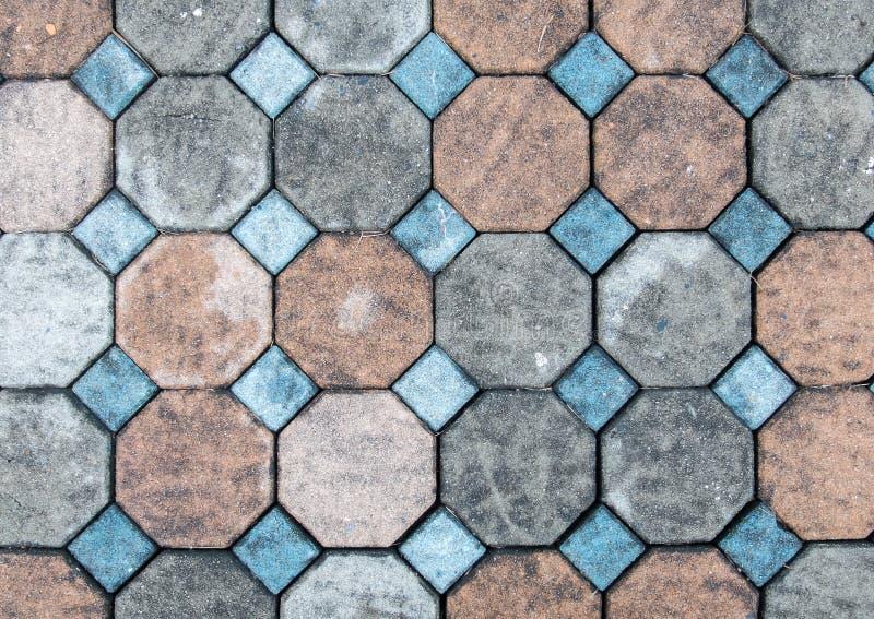 难看的东西颜色在地面上的砖石头顶视图街道路的 边路,车道,摊铺机 库存照片