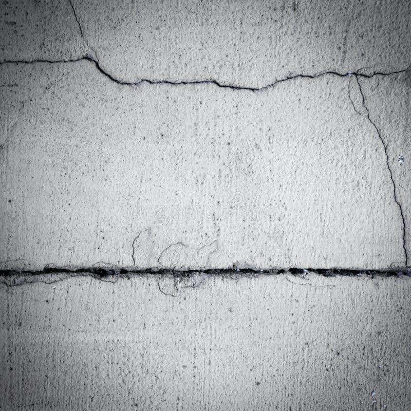 难看的东西,破裂的黑墙壁(都市纹理) 免版税库存图片